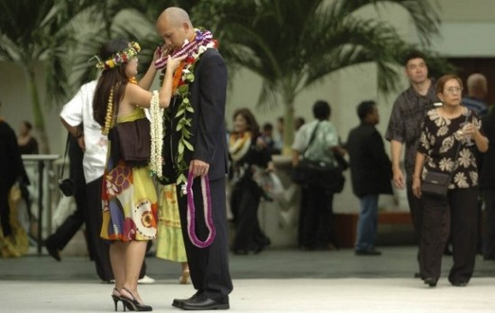 Lisa Leong adjusted the lei on her husband, Darin Leong, at the Hawaii Convention Center yesterday, where the 31st Na Hoku Hanohano awards show was held.